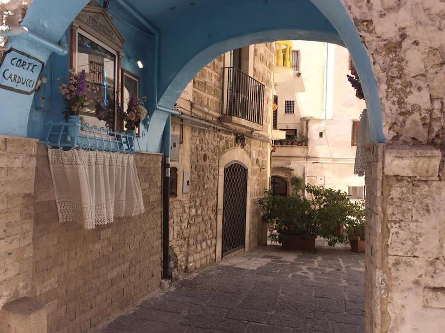 Corte carducci in pieno borgo antico di bari for Punto luce bari