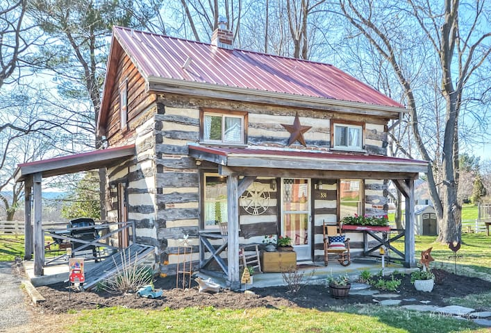 Charming vintage cabin in the ❤️ of Middletown.