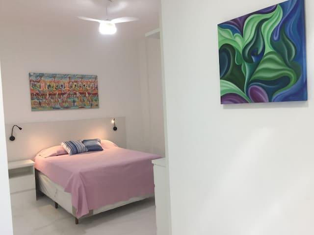 Apartamento decorado com quadros de artistas plásticos brasileiros.