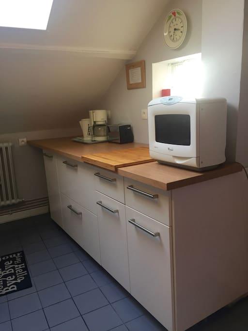 Cuisine, micro-ondes, grille pain, cafetière électrique et bouilloire .