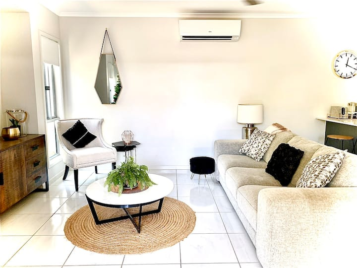 Peaceful light modern home-5 mins from Mooloolaba