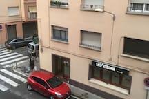 El apartamento está enfrente del bar LA CASTELLANA El portal al lado de L'HERBOLARI