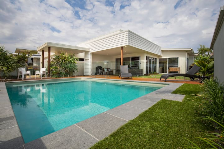 Stunning Modern Beachhouse 150m to Pristine Beach - Mount Coolum - บ้าน