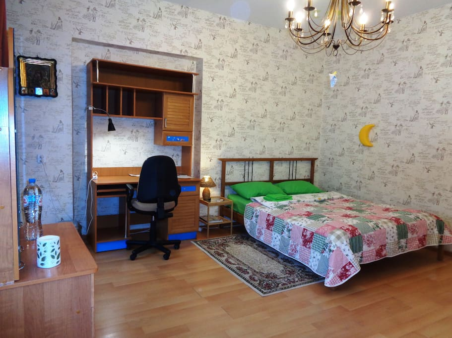 Bedroom with bed for 2 (160 x 200) and a comfortable place for working/