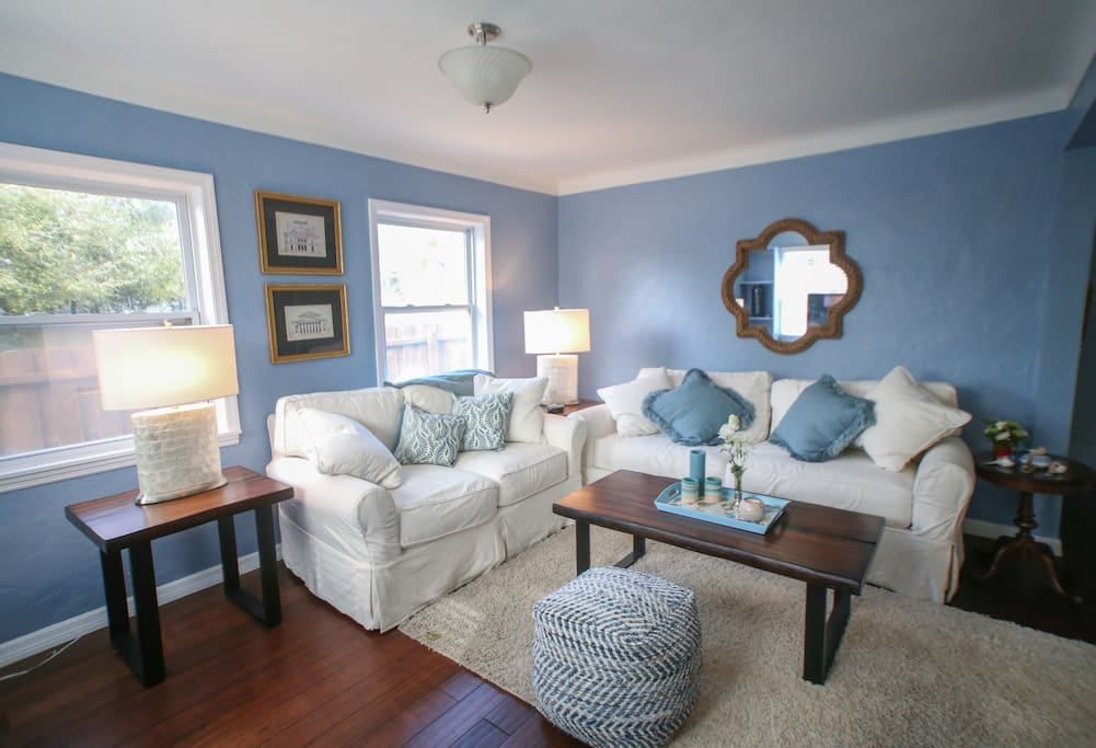 Bright and Airy comfortable living area with Cable Tv and Wifi