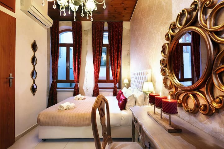 Deluxe Rooms in the Old Venetian House in Rethymno