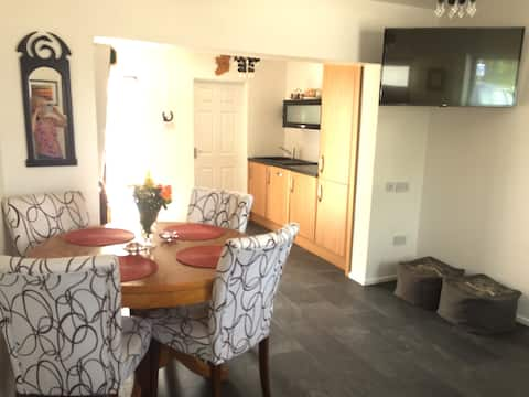 Cosy 2 bedroom House with garden and parking