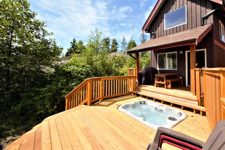 Beautiful Waterfront Cabin with Hot Tub!