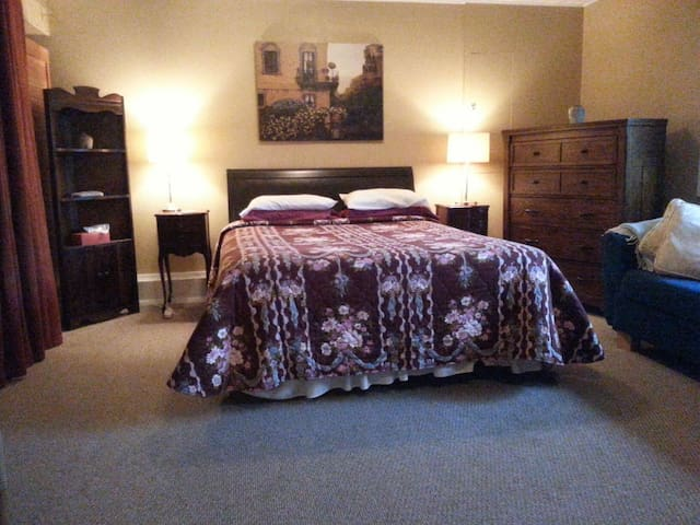 Cosy Ground Floor Suite in Comox - Comox - Huis