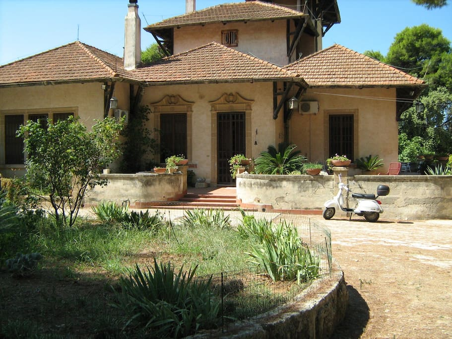 villa con annesse dependances