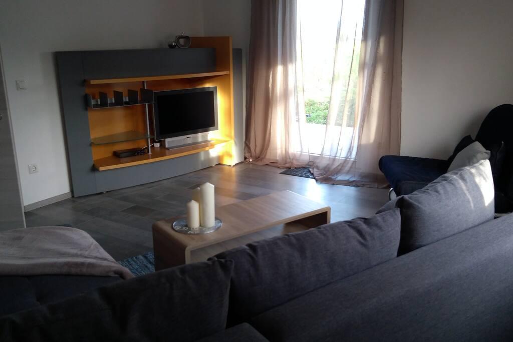 Ein TV-Gerät mit Satempfang seht zur Verfügung. Der freundliche Raum hat ein Doppelfenster und eine Türe die nach draußen auf die große Terrasse führt.
