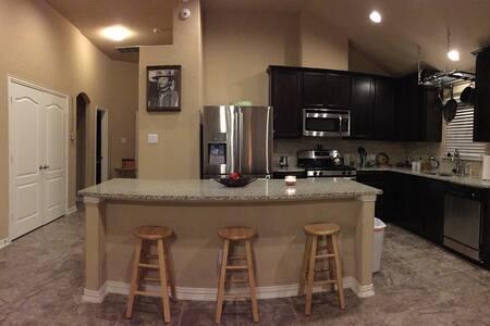 Quiet cozy room in clean home. - San Antonio