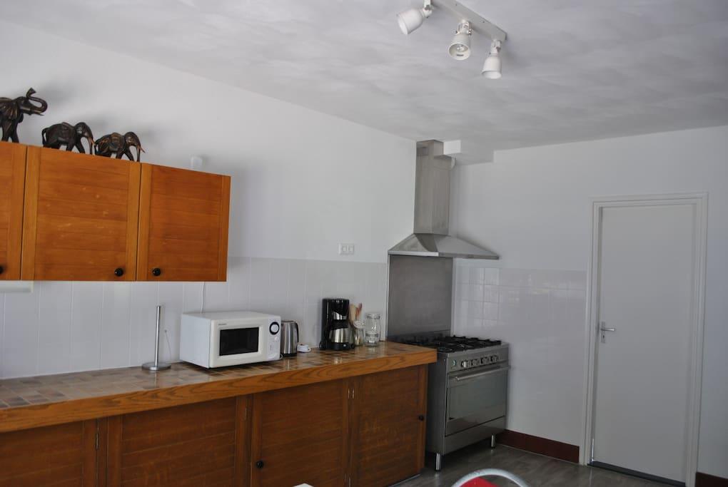 Ruime keuken met oven en fornuis
