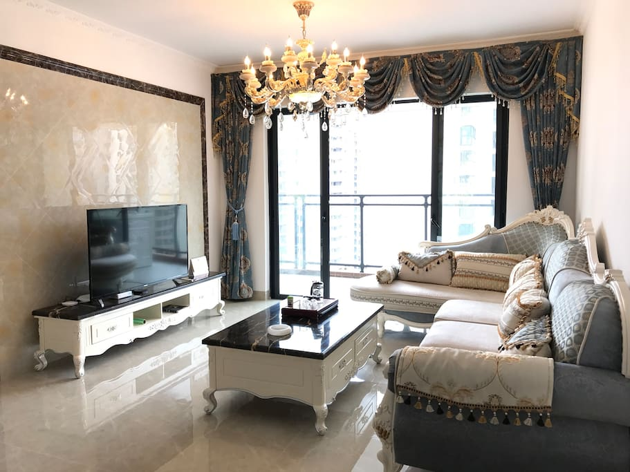 烂漫欧式沙发搭配雅致布艺窗帘,55寸4K大屏幕彩电,华丽灯饰