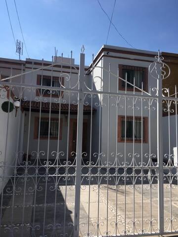 fachada donde se observa el porton de la casa