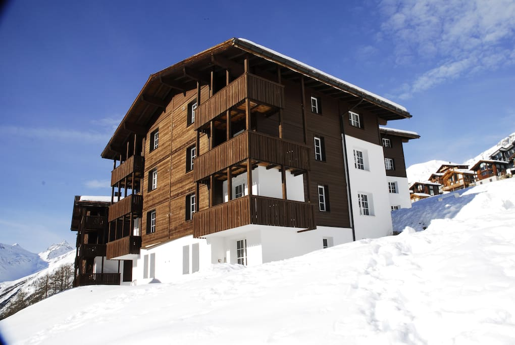 Alpine Village Grosschalet im Winter