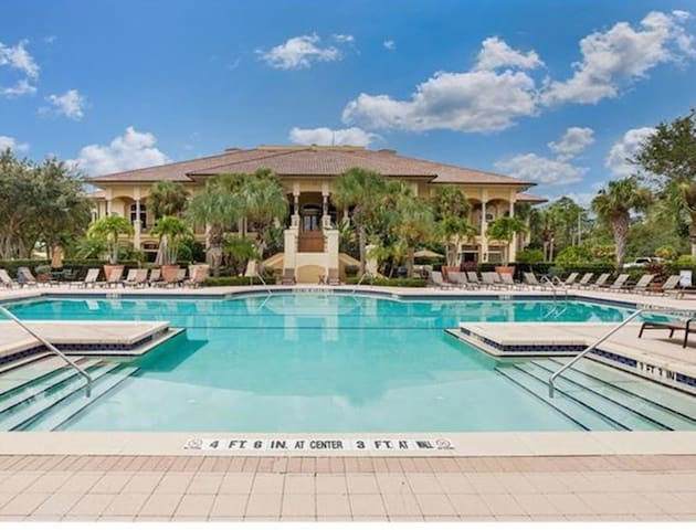 large luxury condo on golf course--best location! - Estero - Condo