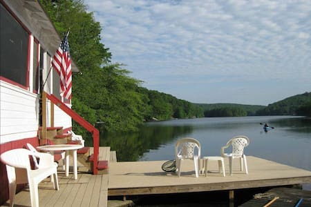 Lake Cottage with Hot Tub, 10 minutes to Mystic!
