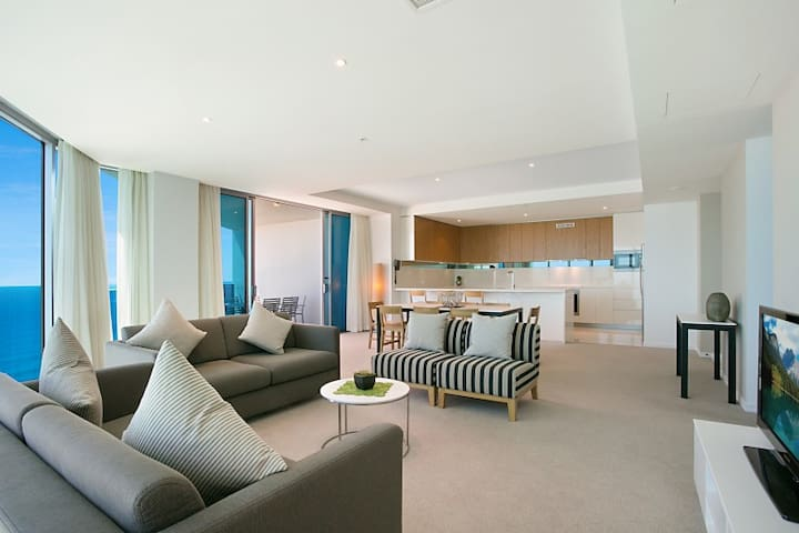 Superhost 4 bedrooms Above Hilton Hotel - Level 51 - Surfers Paradise - Daire