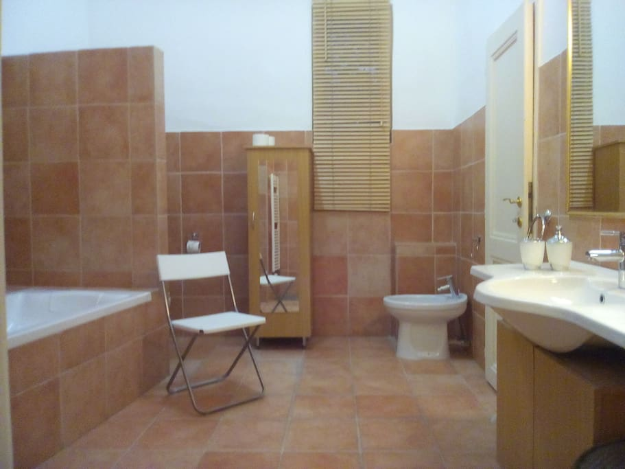 huge bathroom with bath/shower, bidet and WC and vanity unit