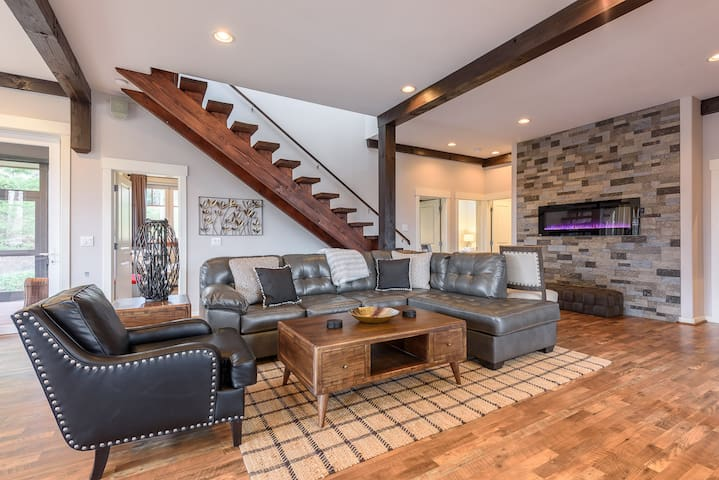 4BD Home on Sugar Mtn, Views, Pool Table, King Suite, Firepit, Shuttle to Slopes