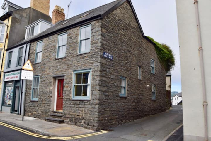 Central & Characterful, Historic Stone House.