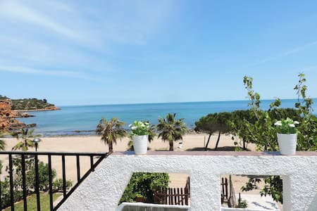 SEAFRONT VILLA WITH DIRECT ACCES TO THE BEACH! - L'Ampolla - 连栋住宅