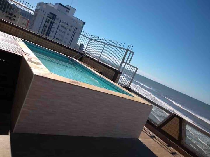Ap/cobertura em frente à praia e com piscina.
