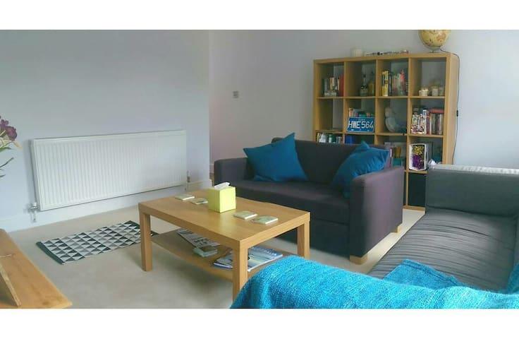 Sofa bed in a sunny (shared) flat. - Sutton - Casa