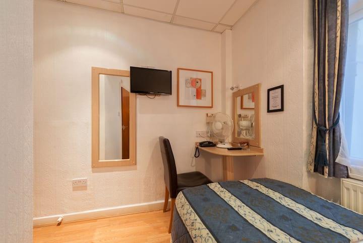 (24) · Cosy single private ensuite room in Victoria