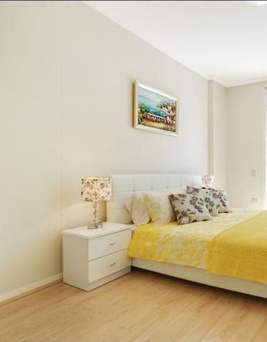 Large bedroom with private bathroom in great area - Granville