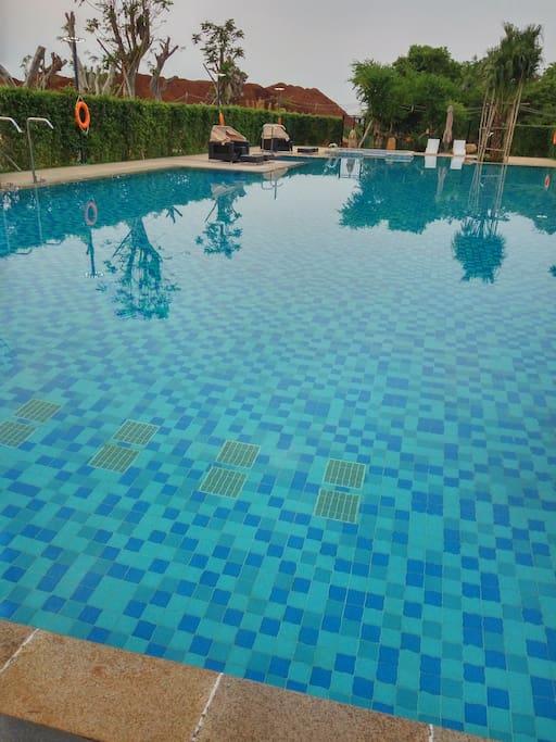 小区内部游泳池