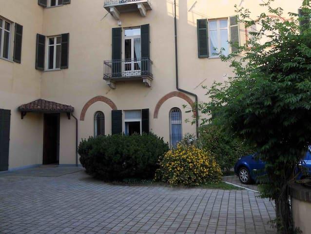 Porta finestra con apertura sul cortile e portone di ingresso da cui si accede al l'appartamento.