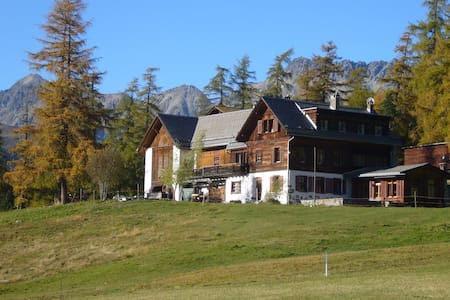 Apartment in Engadine farmhouse (1st floor) - Pontresina - Leilighet