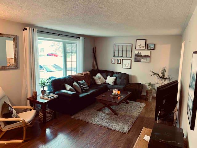 Cozy Convenient Collingwood Home