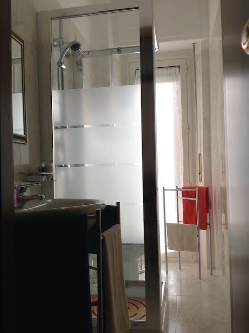 Bagno con Box doccia associato alla camera doppia