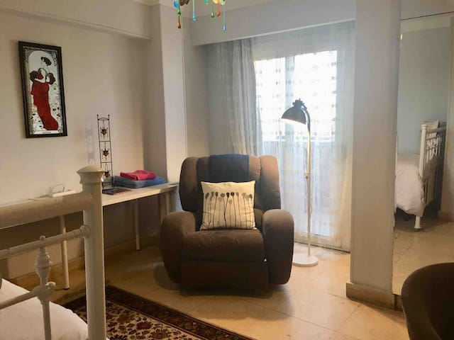 COZY, comfortable, convenient, near metro/UNwfp