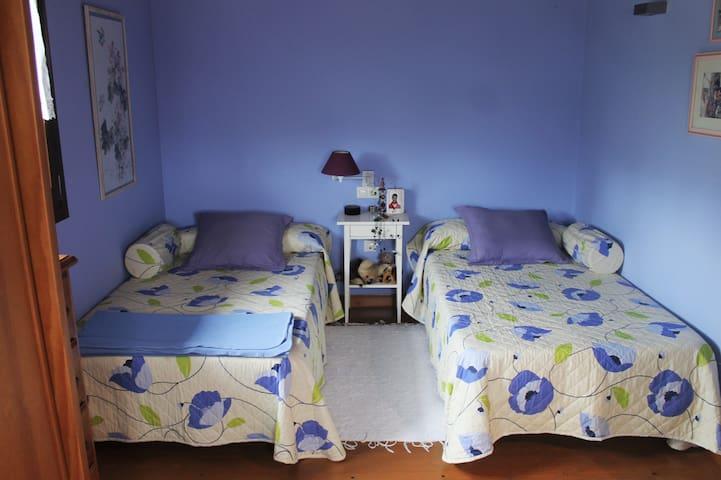 Dormitorio 2 con dos camas individuales de 1.05 cada una.