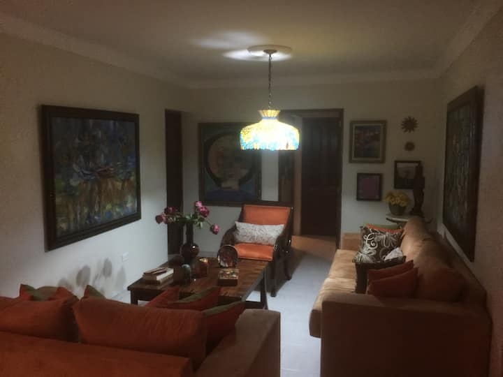 Acogedora habitación y área común