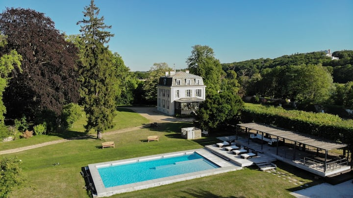 MANSION NEAR PARIS : TRADITION AND MODERNITY