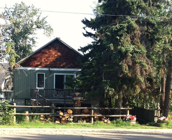 Sylvan Lake Cottage *Dual Suite - 5 Bedroom* $1750 - Sylvan Lake - Casa de campo