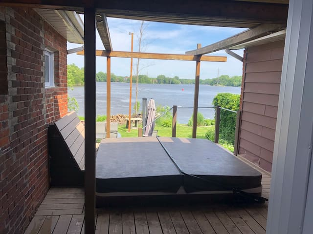3-bedroom Waterfront gem with outdoor Jaccuzi