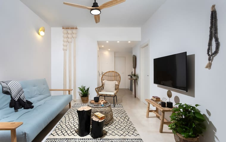 Beautiful 3BR Duplex with private garden+ PARKING!