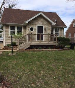 Cozy Beaverdale Home - Des Moines - Hus
