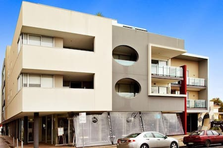 Spacious Apartment close to everything! - Elsternwick - アパート