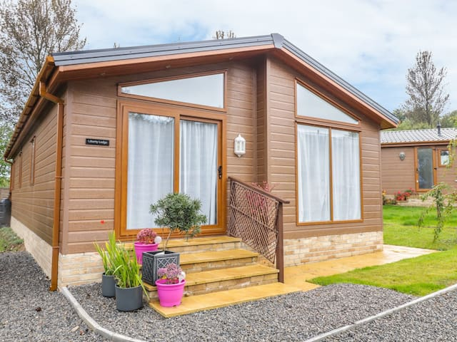 LIBERTY LODGE, family friendly, with a garden in Sling, Ref 943546
