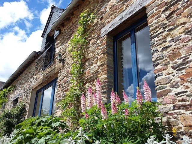 Beautiful stone gite in rural Brittany, sleeps 4