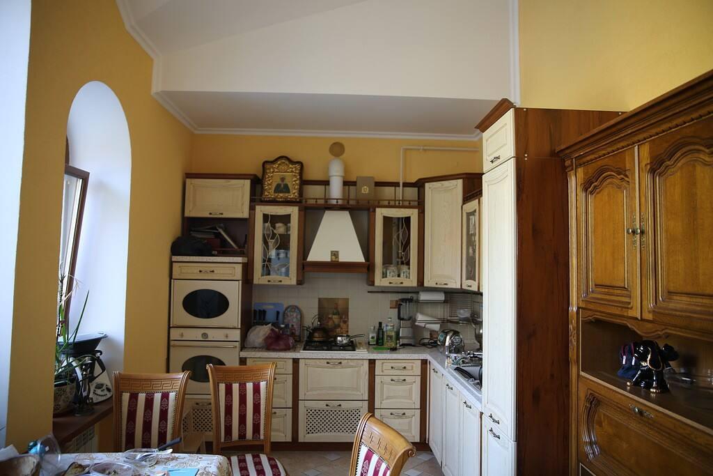 Уютная кухня оборудована всей необходимой техникой, посудой и аксессуарами