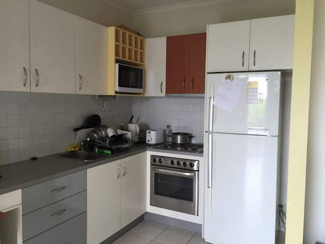Friendly couple going away for holy - Yeronga - Apartment