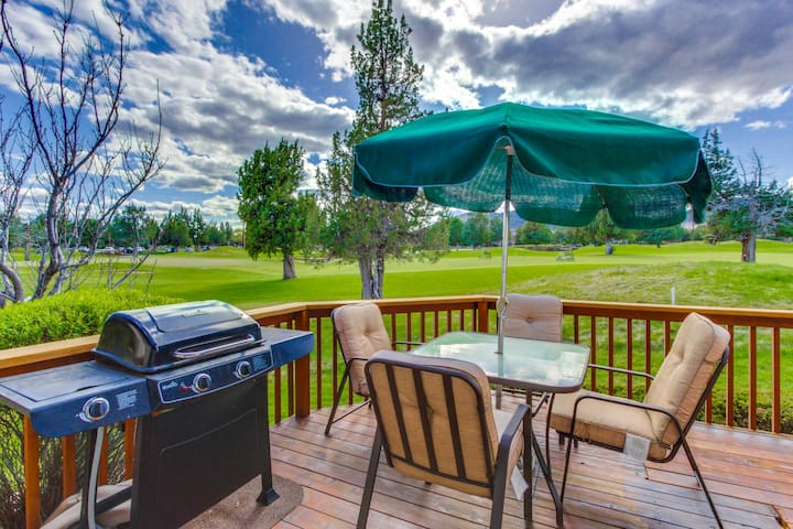 Lovely townhome w/mtn views, private hot tub, shared pool, on-site golf